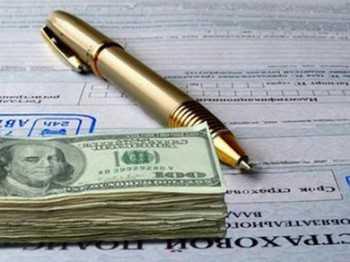 Доллары и ручка на страховом полисе