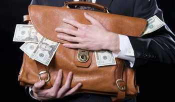 Мужчина держит чемодан денег
