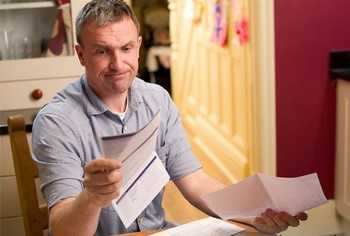 Мужчина разочарованно смотрит на документы