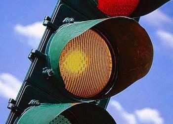 Можно ли проехать на желтый свет светофора на машине