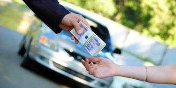 Передача пачки денег