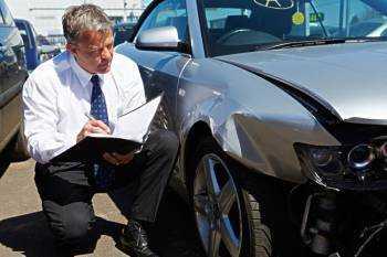 Мужик записывает повреждения авто