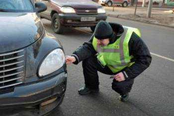 аварком осматривает авто