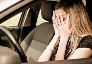 Изображение - Авария на парковке — страховой ли это случай по осаго devushka-zakryla-lico-ladonyami