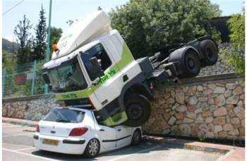 Изображение - Авария на парковке — страховой ли это случай по осаго gruzovik-upal-na-priparkovannyy-avtomobil