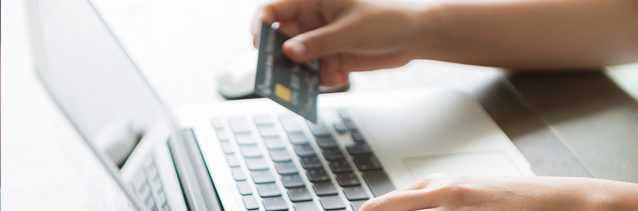 банковская карточка и ноутбук