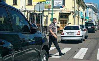 мужчина переходит дорогу по переходу