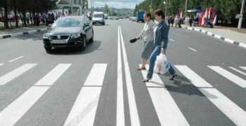 пешеходы на переходе