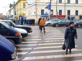 растянулись на пешеходном переходе